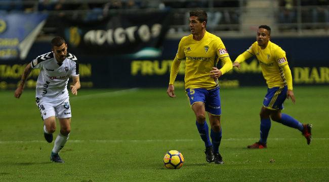 Garrido controla una pelota con Lucas detrás.