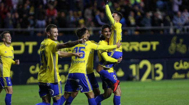 Los jugadores del Cádiz  CF celebran el gol de Kecojevic