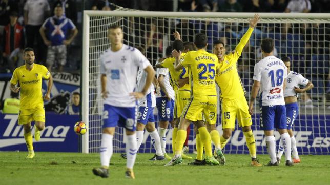 Los jugadores celebran el gol de Garrido