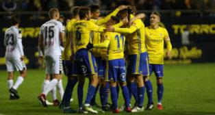 Los jugadores del Cádiz CF celebran un gol ante el Albacete