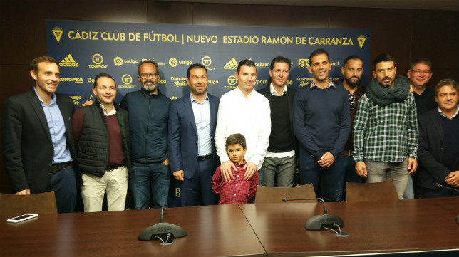 Juan Carlos Cordero rodeado de parte de su equipo y su hijo el día de su renovación.