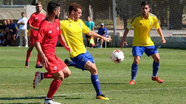 Jordi Tur se dispone a lanzar a puerta durante el Cádiz CF B-Sevilla C en El Rosal.