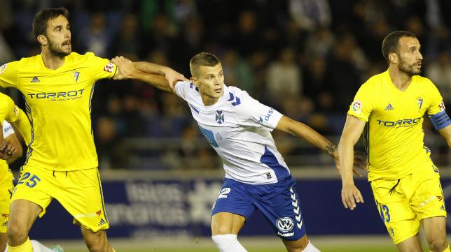 Kecojevic y Servando luchan con Lombo en el Tenerife-Cádiz CF.