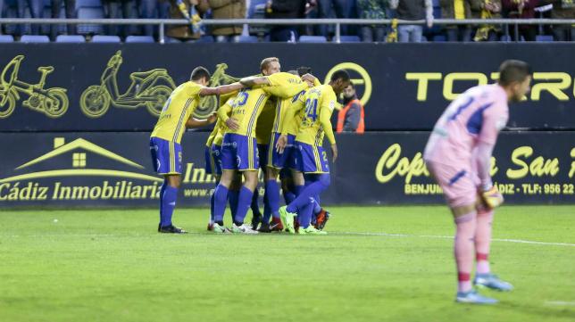 Los cadistas celebran el gol de Kecojevic ante el Granada.