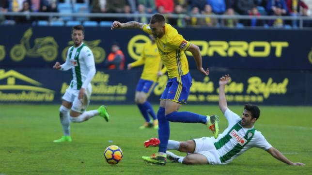 Carrillo lucha por un balón  con Caro en el Cádiz CF-Córdoba CF.