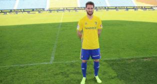 Fausto Tienza posa en Carranza en su presentación (Foto: Cádiz CF).