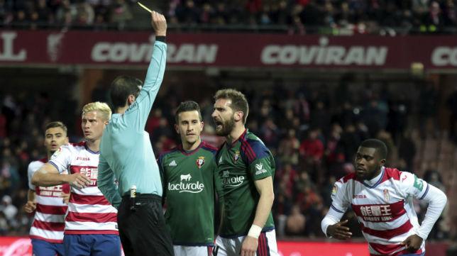 Fausto Tienza es amonestado durante un Granada-Osasuna en Primera.