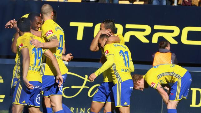 Los jugadores del Cádiz CF celebran el gol de Álvaro García al Córdoba CF.