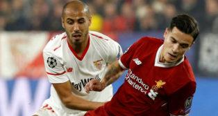 Guido Pizarro (en la imagen con el ahora culé Coutinho) sí entra en la convocatoria del Sevilla FC.