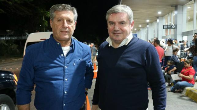 Hugo Vaca y Manuel Vizcaíno, a su llegada a El Salvador. Foto: Cádiz CF.