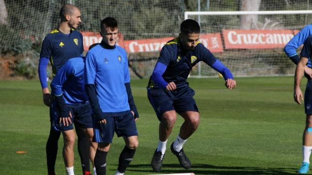 Nico, Salvi y Villanueva, durante un entrenamiento. (Foto: Cádiz CF)