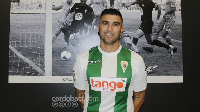 José Antonio Reyes posa con la camiseta del Córdoba. (Foto: Córdoba CF).