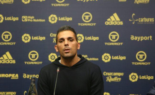 Roberto Perera, segundo técnico del Cádiz, ante la prensa.