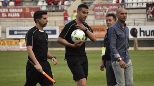 Santiago Varón Aceitón (en el centro de la imagen) arbitrará el UD Las Palmas-Cádiz CF.