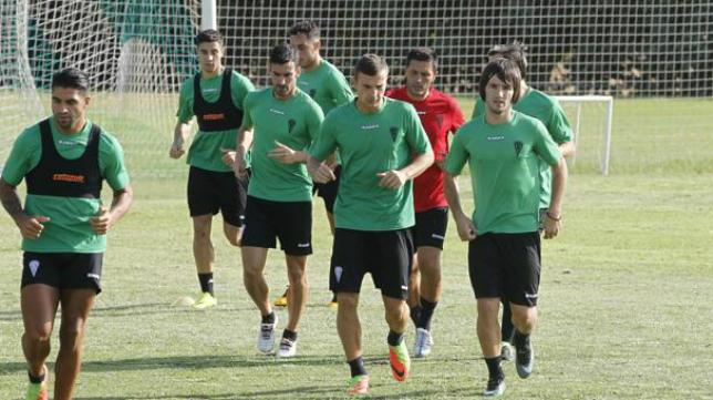 Sasa Jovanovic (primero por la derecha) durante un entrenamiento del Córdoba CF.