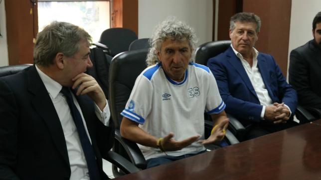 Mágico González, junto a Manuel Vizcaíno y Hugo Vaca. Foto: Cádiz CF.