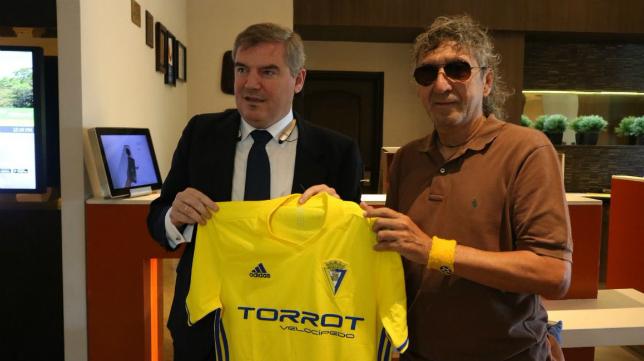 El presidente cadista Manuel Vizcaíno junto a Mágico González en el mes de enero. Foto: Cádiz CF.