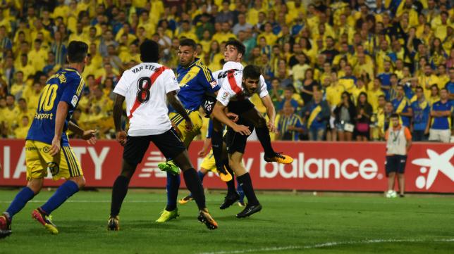 Yan Brice Eteki pugna por un balón durante el Sevilla Atlético-Cádiz CF.