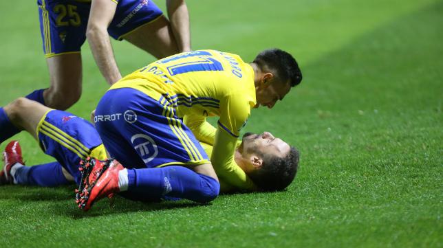 Álvaro García y Servando celebran el gol que culminó la remontada del Cádiz CF ante el Real Oviedo.