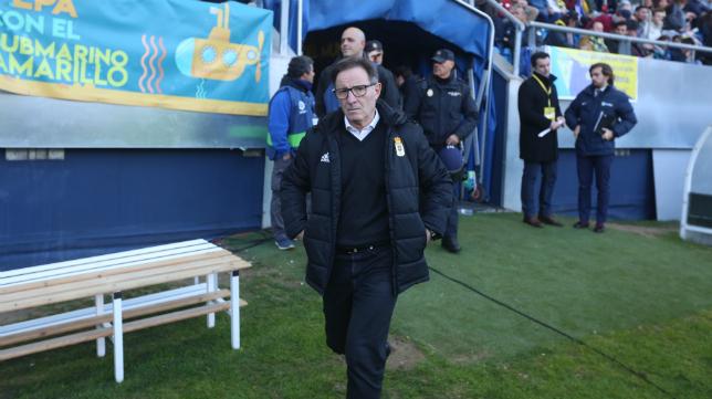 Anquela, entrenador del Real Oviedo, en el Estadio Ramón de Carranza.