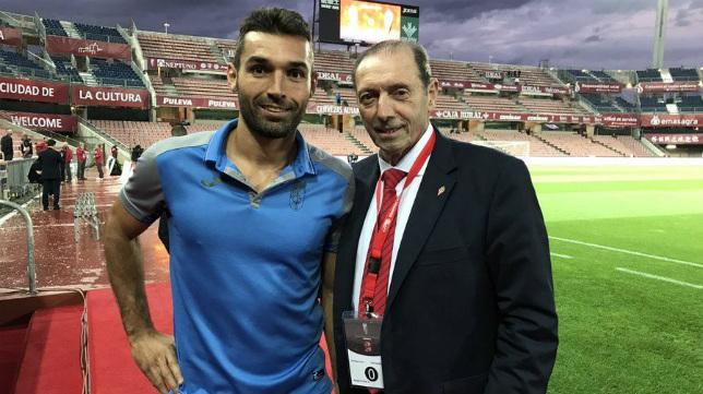 David Barral posa en la imagen junto a Enrique Castro 'Quini'.