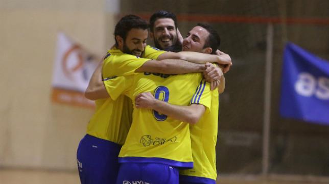 Los jugadores del Cádiz CF Virgili celebran un gol.