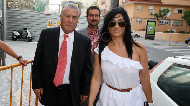 Elena Pina, con su padre Juan José, cuando llegó al Cádiz CF en la temporada 2011-12.