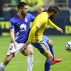 Perea controla un balón ante el acoso de Johannesson.