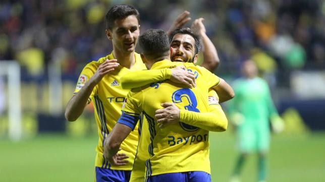 Perea abraza a Servando en presencia de Kecojevic.