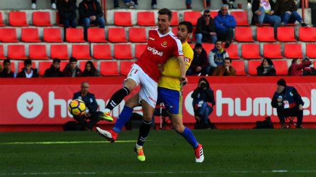 Kecojevic lucha por un balón en el partido entre el Nàstic y el Cádiz CF.