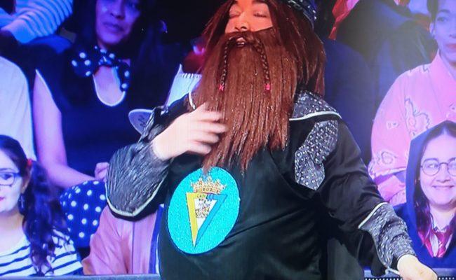 Un concursante de 'La ruleta de la suerte' luce un disfraz muy cadista.