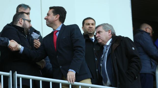Manuel Vizcaíno, en el palco de Carranza, con Cordero detrás.