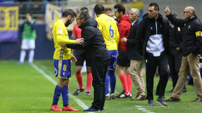 Perea recibe las indicaciones de Álvaro Cervera ante el Real Oviedo.