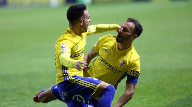 Servando celebra con Álvaro García el gol de la victoria ante el Real Oviedo.