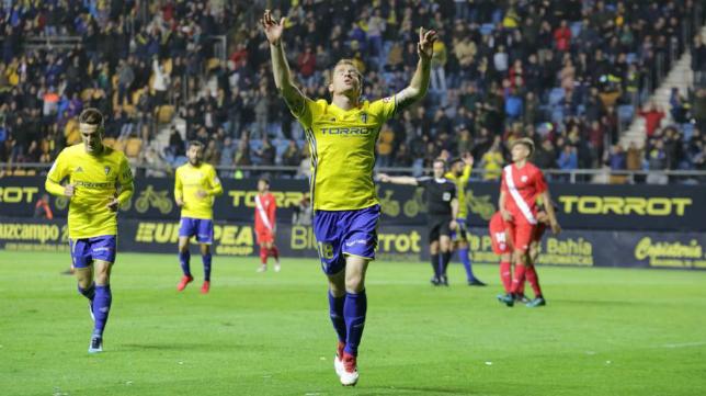 Álex celebra un gol