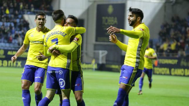 Salvi Sánchez celebra su gol con sus compañeros.