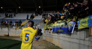 Jugadores y aficionados del Cádiz CF celebraron juntos la victoria en el Reino de León.