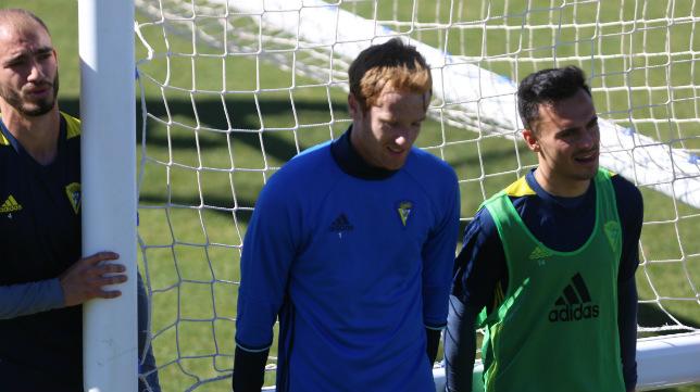 Álex Fernández y Álvaro García, titulares hoy, cargan con una portería con Villanueva, descartado, detrás.