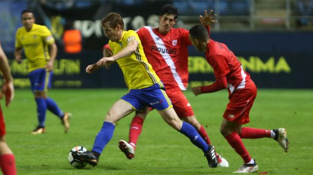 Álex Fernández jugó como mediocentro ante el filial hispalense.