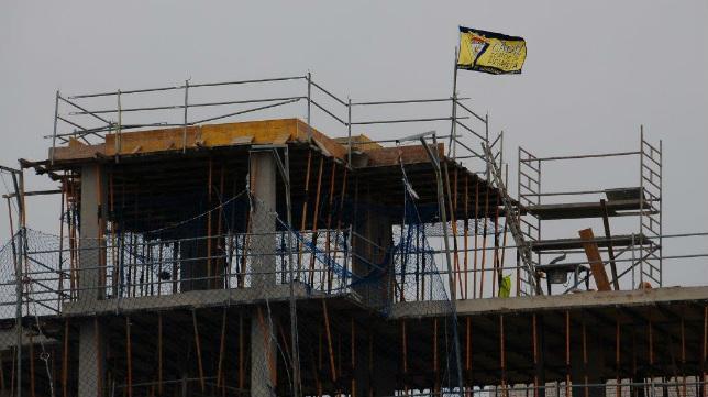 La bandera del Cádiz CF ondea en las antiguas bodegas.