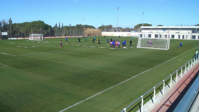 Imagen de un entrenamiento del Cádiz CF en el campo Ramón Blanco del Rosal.