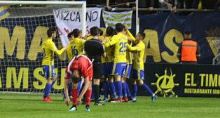 Los jugadores del Cádiz CF celebran uno de los goles.
