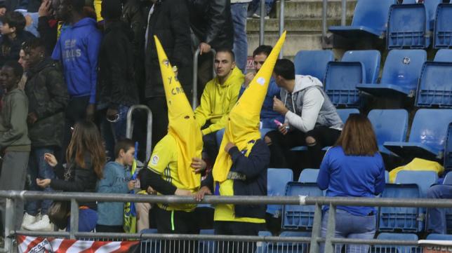 Dos penitentes animaban en Carranza en el Cádiz CF-Huesca.