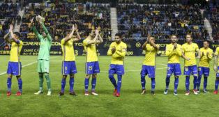 Los jugadores del Cádiz CF aplauden a la grada antes del partido ante el Huesca.