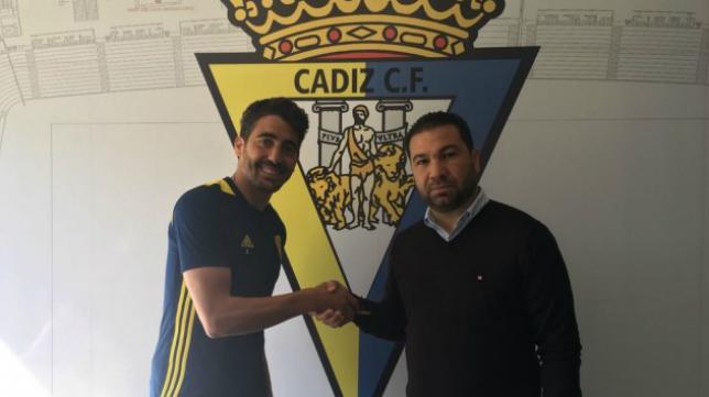 Javier Carpio sella su renovación con Juan Carlos Cordero, director deportivo cadista. Foto: Cádiz CF.