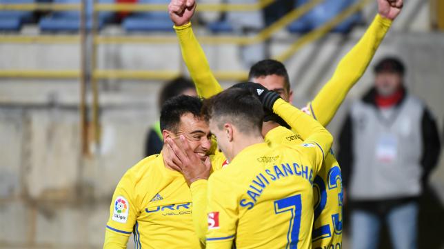 Alvarito celebra el gol con sus compañeros en León el 17 de marzo.