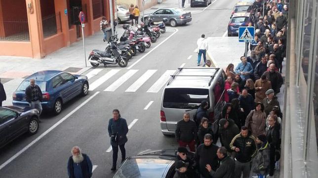 El cadismo responde con largas colas en el Ramón de Carranza. Foto: Cádiz CF.