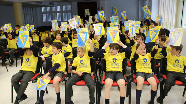Los escolares del Colegio Guadalete recibieron a Marcos Mauro y Alberto Perea con los brazos abiertos. Foto: Cádiz CF.