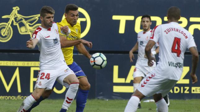 Iván González forcejea con Barral en el partido de ida.