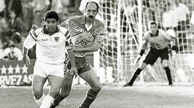Maradona y Carmelo, con Tubo Fernández bajo palos, aquel marzo de 1993 en Carranza.